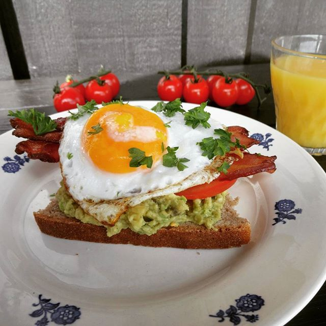Edel's Mat & Vin : Smørbrød med stekt egg, avokado, tomat og bacon ♫♫...
