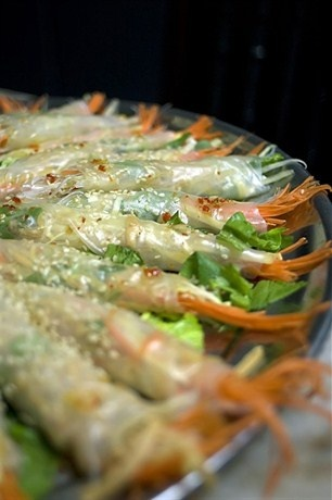Запеченные на гриле креветки в рисовой бумаге