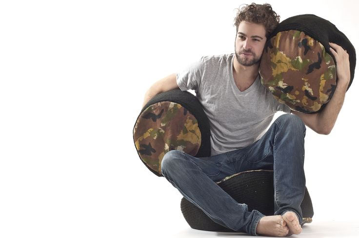 RE.Creativity crea di elementi di arredo, come pouf, cuscini e guanciali attraverso l'utilizzo di materiali di riciclo. Vecchi maglioni, jeans strappati, magliette usurate si trasformano in nuovi tessuti freschi e vivaci dai colori contrastanti.  Ogni prodotto è progettato e cucito a mano con grande attenzione nel design e nei minimi dettagli.
