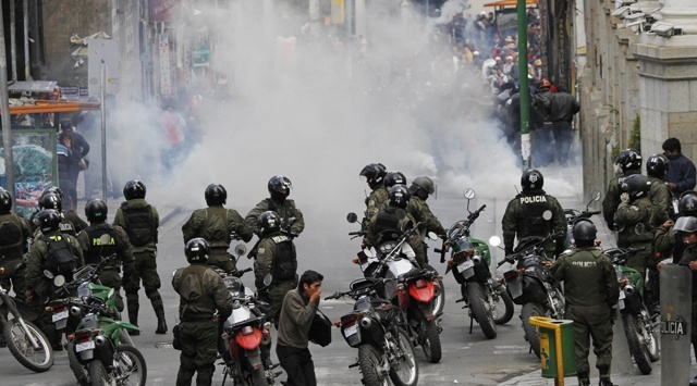 Bolivya'nın başkenti La Paz savaş alanına döndü.  Başını öğretmen ve madencilerin çektiği, emeklilik şartlarında iyileştirme isteyen binlerce çalışan bir kez daha sokaklara döküldü. #bolivia #lapaz