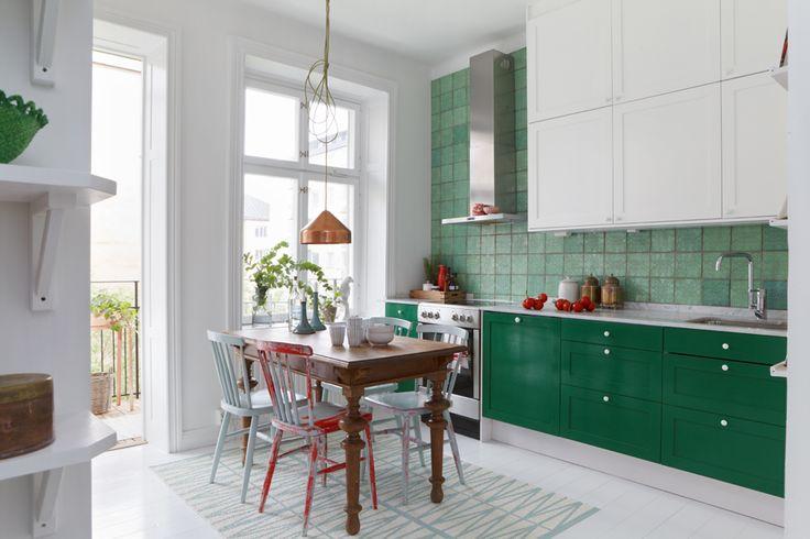 I köket grönt italienskt handgjort kakel. Kopparlampa över bordet av holländska designerduon Vij 5....