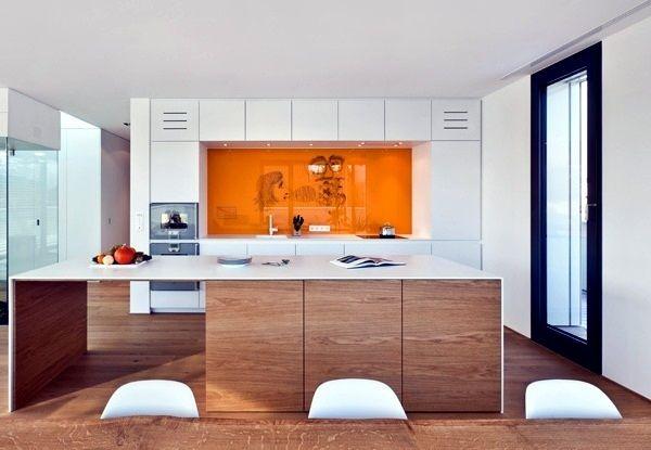 Die Küchenrückwand aus Glas ist leicht zu reinigen, hygienisch und fugenlos, wie es bei Fliesen der Fall wäre. Sie ist hitzebeständig und dient als Spritzschutz in der Küche.