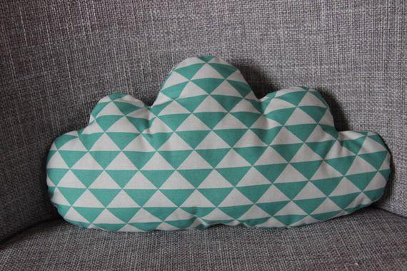 """coussin"""" nuage """"motifs géométriques vert et blanc"""