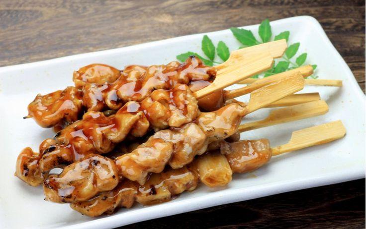 מתכון קל לפרגיות ברוטב טריאקי, צ'ילי מתור וגריל. שיפודי פרגיות בתנור בסגנון על האש למי שמתעצל להדליק מנגל, או למי שרוצה ארוחת צהריים בשרית, מהירה וטעימה.