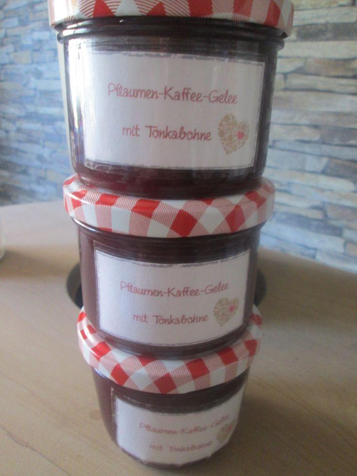 Pflaumen-Kaffee-gelee mit Tonkabohne : 2kg Pflaumen waschen,entkernen,würfeln. 650ml Kaffee aufbrühen und 45g braunen Zucker darin auflösen- über die pflaumen geben und zugedeckt über Nacht stehen lassen 1 Tonkabohne zu den Pflaumen geben und die Masse zum kochen bringen,45min zugedeckt köcheln lassen. Das zerkochte Mus durch ein Passiertuch geben und 800ml saft abmessen, 500g Gelierzucker 2:1 zugeben und aufkochen- 4Min kochen - Gelierprobe machen abfüllen