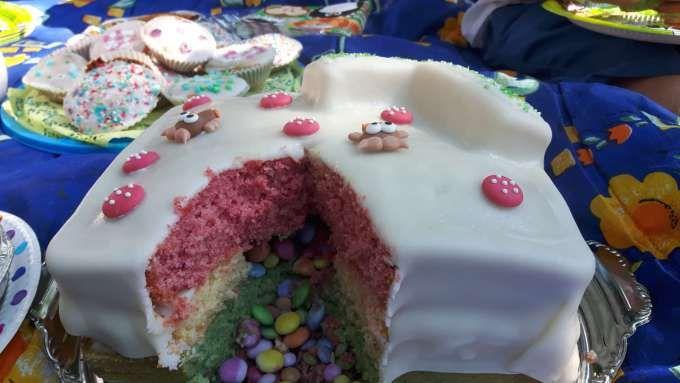 Geburtstagskuchen Regenbogen Pinata Zum Kindergeburtstag Lebensmittel Essen Kuchen Sussigkeiten Selber Machen