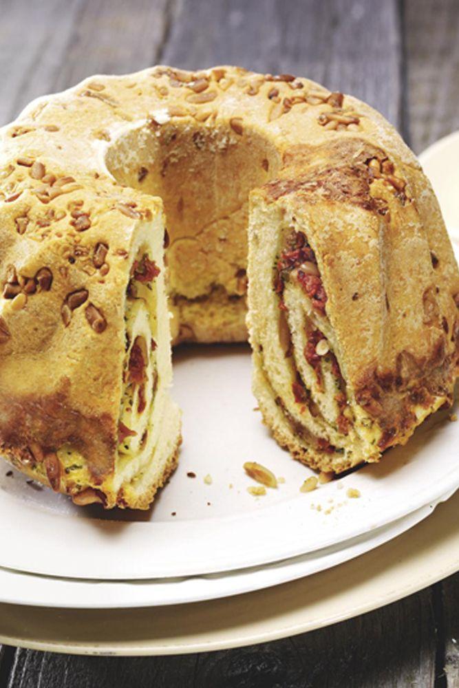 Ein pikanter Kuchen mit Pinienkernen, Tomaten und Mozzarella, warm oder kalt serviert ein Genuss