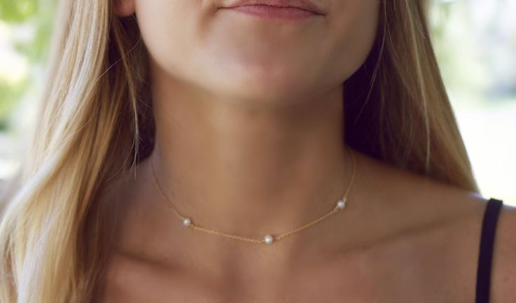 Three dainty genuine freshwater pearls on this dainty choker necklace. Inspired by the 90s, minimalist style is perfect for layering, simple enough for daily wear or dress up!!  - freshwater pearls 4-5mm ( message for smaller or larger pearls).  - 14k gold filled, sterling silver or rose gold filled.  - 1 extender.  - gift box included.   How to measure for a choker:   If you dont have a seamstress tape measure, take a piece of yarn or string and wrap that around your neck to a comfortable…