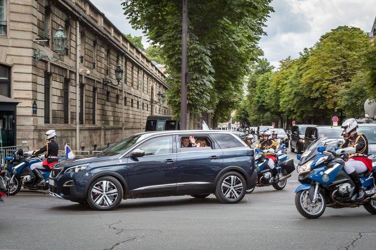 День взятия Бастилии: Президент Франции на новом Peugeot 5008