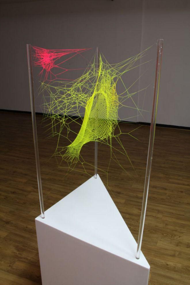 El artista Michael Anthony Simon utiliza inusuales ayudantes para la creación de sus diáfanas y luminosas esculturas: arañas.