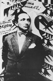 Nato nel 1892 a Fondo, nella Val di Non, ancora giovanissimo Depero si trasferisce a Rovereto (all'epoca entrambe le cittadine erano territorio dell'Impero austro-ungarico). Qui studia alla Scuola reale elisabettina, un istituto d'arte frequentato da molti artisti che in seguito diventeranno protagonisti del panorama culturale italiano del Novecento
