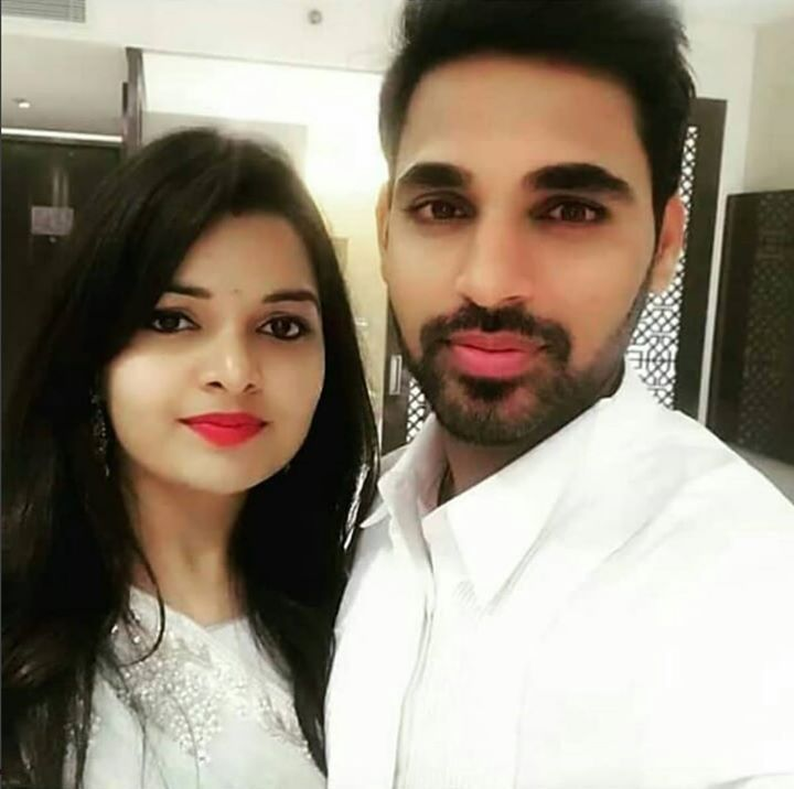 Bhuvneshwar Kumar Clicks A Photo With Wife Nupur Facebook Com Mycrickettrolls World Cricket Latest Cricket News Cricket Sports