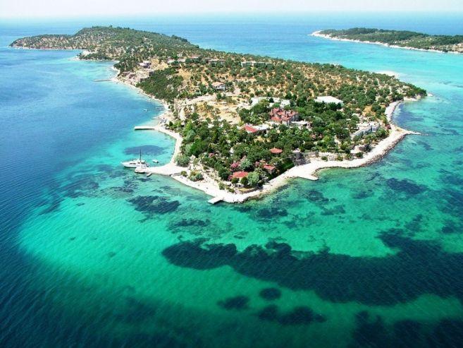 Sakin, huzurlu, kafa dinlemek için harika bir seçenek olan Bademli Koyu; mavi ve yeşilin buluştuğu eşsiz güzelliklerinden bir tanesi. #Maximiles #Turkey #Türkiye #deniz #plaj #denizmanzarası #gezilecekyerler #gidilecekyerler #koylar #plajlar #doğa #doğamanzarası #doğamanzaraları #Dikili #İzmir
