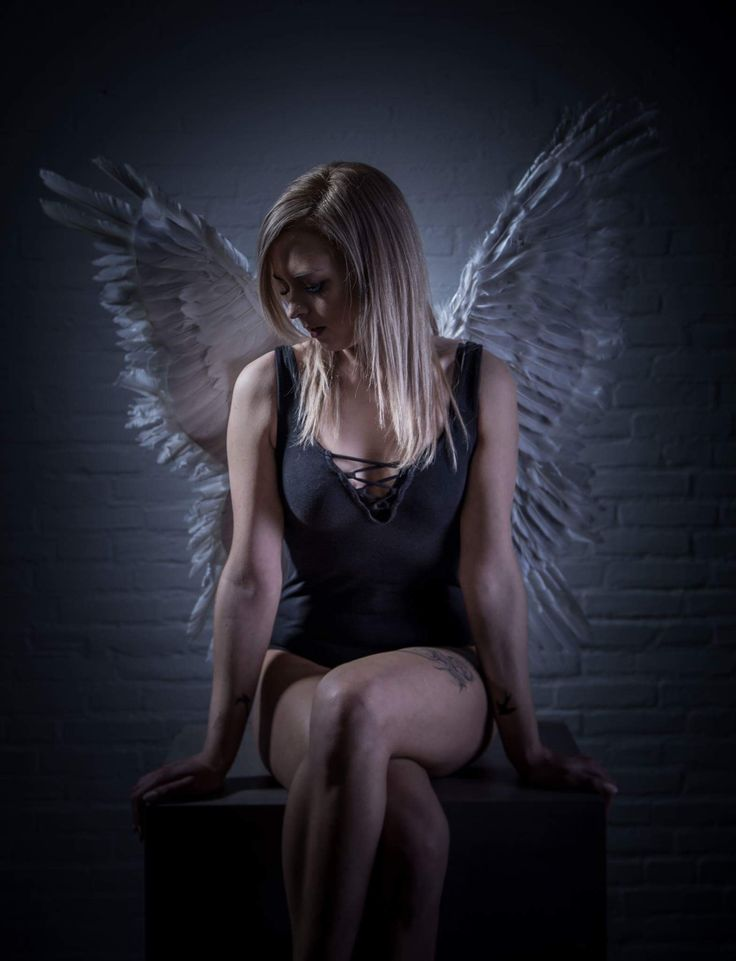Feathers & Wings shoot with Sara. Photoshoot - Studioshoot - FotografixNL - Model