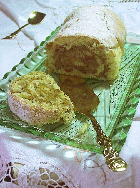 Много лесно за приготвяне пандишпаново руло с пълнеж от ябълки…