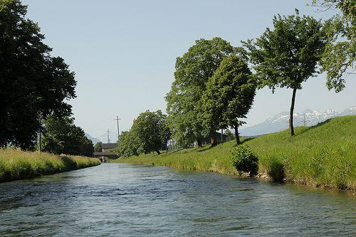 Rheintaler Binnenkanal ( Kanal ) bei Montlingen im Kanton St. Gallen in der Schweiz -    Rheintaler Binnenkanal ( Kanal ) bei Montlingen im Kanton St. Gallen in der Schweiz . . . ********************************************************...