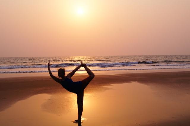 Arambol is een vergeten hippieparadijs uit de jaren zestig. In het dorpsstraatje kun je hippiesieraden, pofbroeken en rastahaar kopen. Non-stop klinkt Bob Marley uit de speakers. We slapen voor nog geen 5 euro in een hut op het strand waar naast wat rugzaktoeristen alleen af en toe wat koeien langslopen op zoek naar eten en waar wat verdwaalde hippies hun yoga-oefeningen doen. #Arambol #beach #yoga #Goa #India Yoga in Goa