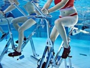 Aqua gym aqua gym su jimnasti i y zme havuz su sporlar for Aquagym piscine paris