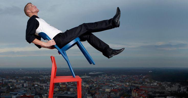 """Thonet – MOSTRA """"SIT. LIE ROCK"""" al Grassi MUSEO DELLE ARTI APPLICATE a LIPSIA Dal 17 aprile al 14 settembre 2014 Chi non conosce le famose sedie di casa da caffè, le sedie curve a dondolo in legno curvato o le sedie di tubi di acciaio di epoca Bauhaus? Per quasi 200 anni, Thonet scrive la storia del mobile. Per la prima volta una mostra sui classici di oggi e di domani. Le 130 sedute, tra cui disegni dei rinomati designer, sono la prova della riuscita"""