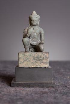 Sculpture en ronde-bosse en bronzereprésentant une divinité masculine (possible Vishvakarman ??? ) de période Angkorienne et de style Koh Ker  Datation établie Milieu 10ème Siècle - C. 950  Dimensions : (Hors socle) Hauteur : 8,5 cm Largeur : 4 cm Profondeur : 3 cm