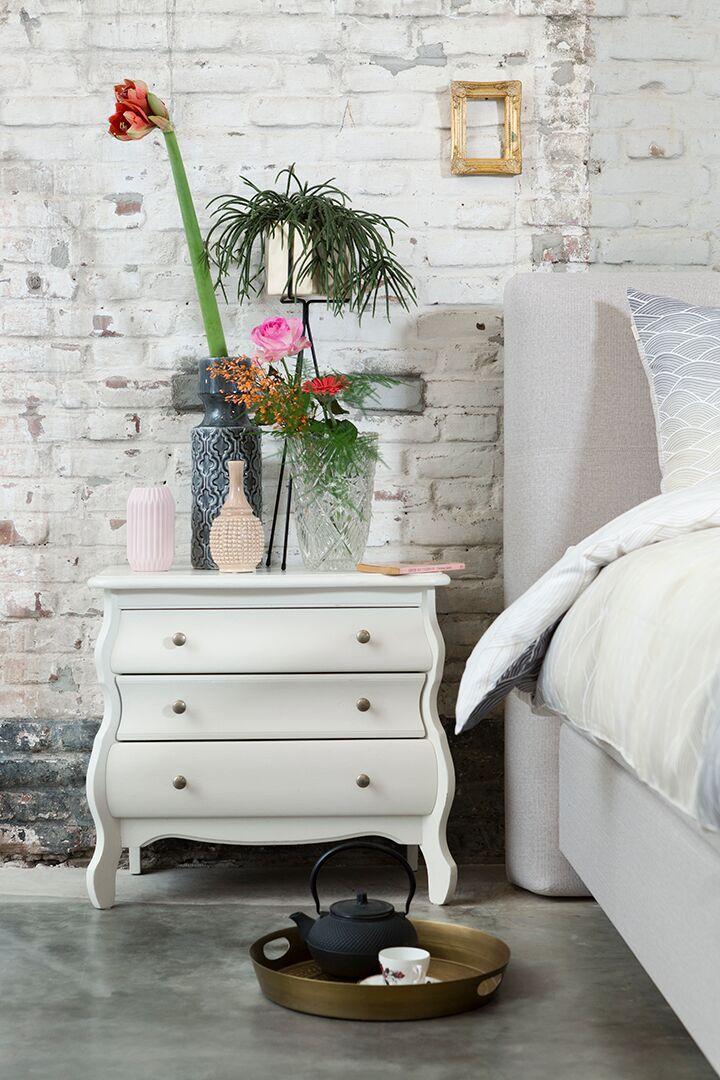 De meubels in een landelijke slaapkamer zijn romantisch van uitstraling en vaak gedecoreerd. Denk aan een buikkastje, een Frans nachttafeltje of een, in mat wit gelakte, klassieke linnenkast. In de styling kun je een oude kandelaar en de koekoeksklok van oma mixen met romantische vaasjes in verschillende maten en kleuren. Vergeet ook de planten en bloemen niet!