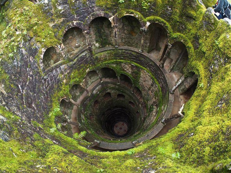 Sintra -The inverted tower i Palace Regaleira, Portugal är som taget ur en saga. En spiraltrappa tar dig ner till en underjordisk brunn, genom hemliga labyrinter av gångar och valv, för att slutligen leda dig ut i prunkande trädgårdar med sjöar och dolda fontäner.