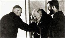 http://en.wikipedia.org/wiki/Pio_of_Pietrelcina   Bezoek van artsbisschop Marcel Lefebre, algemeen overste van de Congregatie van de Pater van de Heilige Geest naar Pater Pio. Pater Pio kust de bisschoppelijke ring.