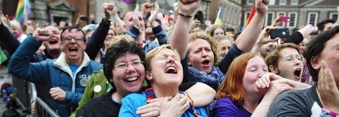24/05/2015 Matrimoni gay, l'Irlanda fa la storia. L'Irlanda è il primo paese al mondo che, per decidere se legalizzare o meno i matrimoni tra persone dello stesso sesso, ha rivolto direttamente la domanda ai suoi cittadini: la risposta è stata un fragoroso sì con un ampio scarto, 62,1% contro un 37,9% di no, e un'affluenza di tutto rispetto, ossia il 60% dei 3,2 milioni di aventi diritto, molti dei quali giunti apposta dai quattro angoli del mondo. #FeliciinDue