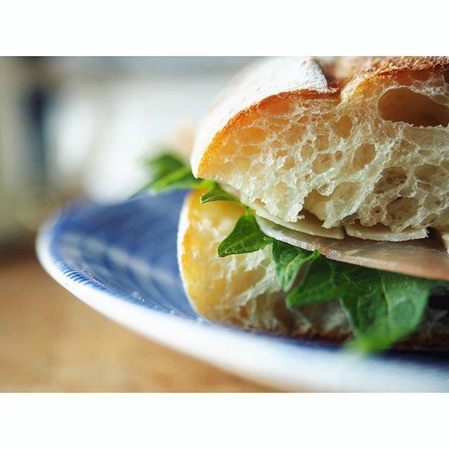 fujifab12 on Instagram pinned by myThings 美味しいパンには シンプルで美味しい食材を。  パンに切り込み入れ軽くトースト大葉1枚生ハム1枚うすーくスライスしたパルミジャーノ・レッジャーノを2枚  パルミジャーノは熟成しまくりの子、うすーくしようとしたら生ハムより薄くなっちゃったけど…  そのおかげでいいバランスに!!! うんめがっだああああああ  ぴったり来た時、本当に嬉しいですね。パンに謝らなくて済む。発言がパンキチ  これぞサンドイッチの楽しさ。ああ朝から幸せ。  #foodpic#feedfeed@thefeedfeed#KAUMO#管理栄養士#dietitian#ヘルシー#healthy#とりあえず野菜食#朝ごはん#おうちごはん#breakfast#パン#パン大好き#パンキチ#bread##みやび亭#パン屋さん#bakery#boulangerie#サンドイッチ#sandwich#マニトバ#大葉#生ハム#チーズ#cheese#arabia24h#arabia24havec