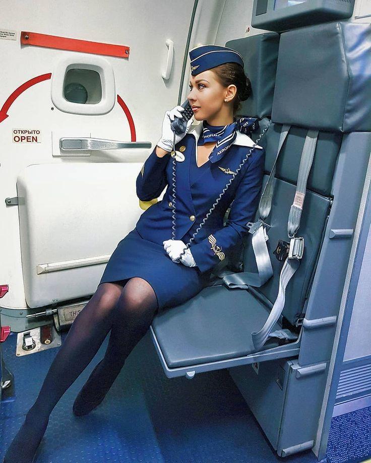Стюардесса дает пилоту