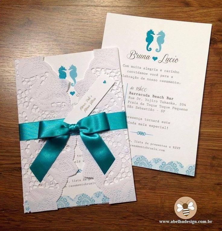 Esse convite todo feito pela @abelhadesign_debora é elegante e alegre perfeito para casamentos na praia. Eles ARRASARAM com essa combinação de cavalo marinho envelope rendado e laço na cor tiffany! . Orçamentos  contato@abelhadesign.com  Whatsapp: (11) 95450-2962