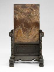 Duan-Stein mit Drachen- und Fischdekor als Tischstellschirm montiert