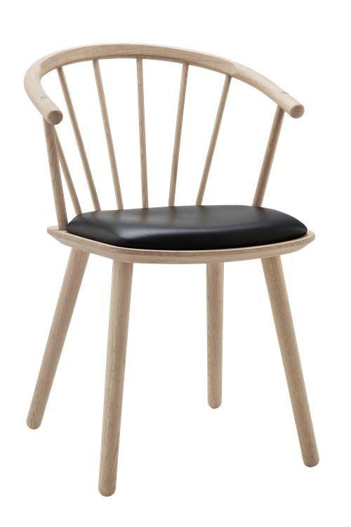 Dette er det vi kaller et skulpturelt stykke nordisk trehåndverk. Sleek er resultatet av et ønske om å benytte frest heltre for å definere en ny og moderne stol med klassiske referanser og en tidløs appell. Og med et avrundet sete med en myk kurve, er den en fornøyelse å sitte i – for korte eller lengre samtaler. Sleek low back - Skinn sete - Bolia - 3519,20 NOK