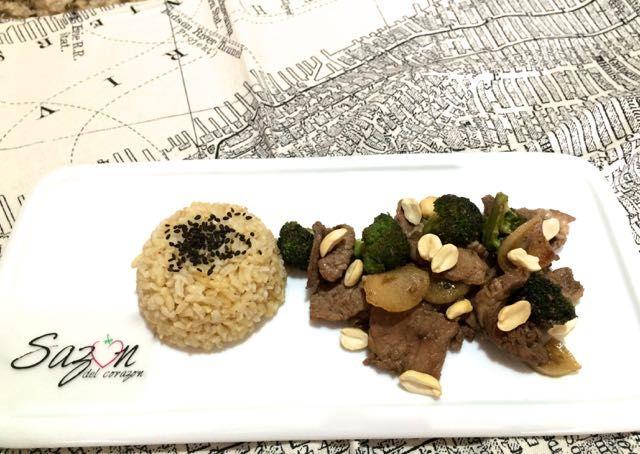 Carne con brocoli estilo oriental
