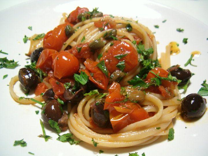 Pasta alla puttanesca di tradizione , ma unita al tonno fresco, olive taggiasche