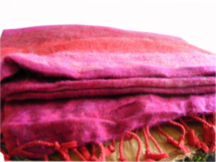 Fairtrade roodroze Tibetaanse beddensprei van zacht, warm en soepel yakwol. Verkrijgbaar in het blauw, roodroze, zwartgrijs en beige. Voor €45,95.