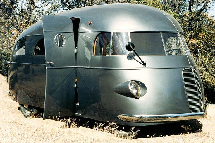 Этот дом на колесах, построенный в 1937 году, не имеет никакого отношения к охоте – просто назван по фамилии своего создателя. Хант построил около 50 таких стримлайнеров, ключевой особенностью которых было наличие душевой кабины (впервые на частном автомобильном транспорте!). Помимо нее, в салоне была плита, туалет, огромная кровать. Основой для машины послужил грузовик Ford.