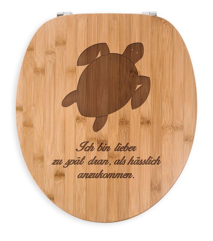 WC Sitz Schildkröte aus Bambus  Coffee - Das Original von Mr. & Mrs. Panda.  Ein wunderschöner WC Sitz aus naturbelassenem Bambus Coffee mit unsere speziellen und liebvollen Mr. & Mrs. Panda Gravur    Über unser Motiv Schildkröte  Schildkröten gelten als besonders gemütliche Tiere, die schon länger Erdbewohner sind als wir Menschen. Sie können bis zu 100 Jahre alt werden.    Verwendete Materialien  Bambus Coffee ist ein sehr schönes Naturholz, welches durch seine außergewöhnliche Holz Optik…