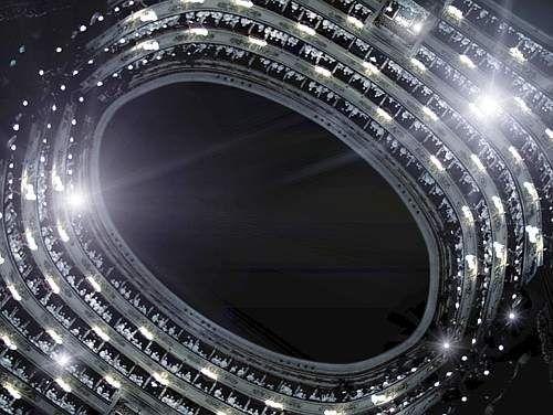 Grazia Toderi. Scala Nera PAC Milano (2006) Due video in loop, riprende la platea e i palchi del teatro da due punti di vista: dal boccascena verso la platea e dal centro della platea verso l'alto, con soffitto oscurato a nero e l'immagine che ruota. Gli ordini dei palchi ruotano come i bracci di una galassia intorno al centro del vortice, gli spettatori all'interno dei palchi baluginano come stelle. In sottofondo, il brusio del teatro con le immagini punteggiate da piccole esplosioni…