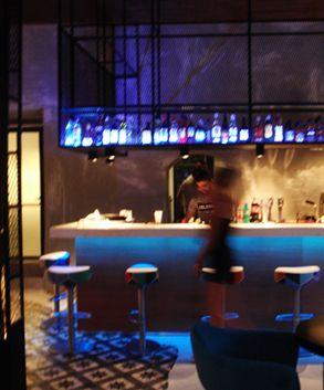 Μελέτη διακόσμησης και φωτισμού σε μπαρ. Δείτε περισσότερα έργα μας στο  http://www.artease.gr/interior-design/emporikoi-xoroi/