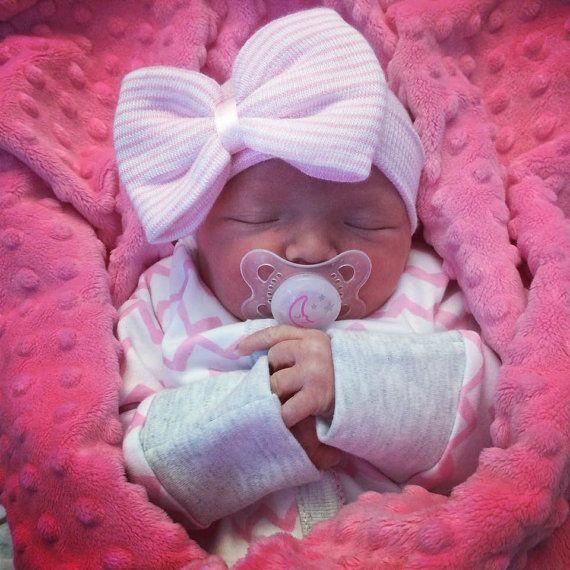 Chapeau de fille bébé chapeau-Newborn fille nouveau-née, chapeau nouveau-né de lhôpital. BABY GIRL HAT : fille/bébé nouveau-né fille nouveau-né hôpital chapeau de la Reine des abeilles. Le chapeau de fille nouveau-né « Cest une fille » par la Reine des abeilles est garanti snuggle tête de votre bébé et rester sur. Jaime savoir que jai fais votre journée encore plus spéciale !   EXPÉDITION LE JOUR MÊME TOUJOURS ♥!!! TOUTEFOIS, LORSQUE VOUS ACHETEZ DES CHAPEAUX 2 OU PLUS ET OBTENEZ LA…
