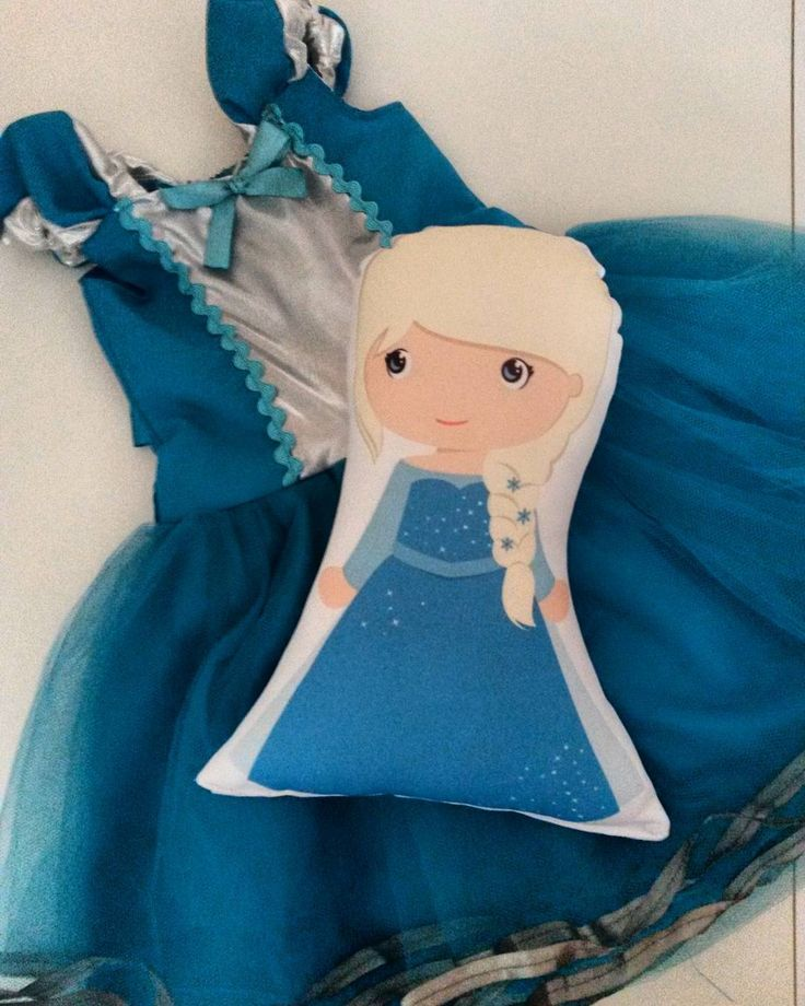 Para nossas rainhas do gelo⛄❄, vestido Elsa Frozen com corpete azul e prata, alcinhas franzidas e saia em tutu azul com acabamento na barra em fita de cetim prata e forro de cetim azul. Na cintura, uma faixa de fita de cetim azul para amarrar um laço nas costas. 👉Promoção Dia das Crianças : vestido princesas + almofada personagem 189.90.😍 #pequelucci #amopequelucci #princesas #cute #love #modainfantil #promocao #maedemenina #fantasia #colecaoprincesaseherois #fashiongirls #lookinhododia…