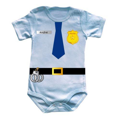 Body bebe cu uniforma de politist. Are catuse, insigna, iar numele lui poate fi scris pe placuta argintie. Bebelusul sau bebelusa este un politist in devenire.