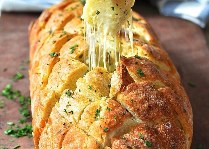 Ψωμί+γεμιστό+με+τυρί,+αρωματισμένο+με+σκόρδο