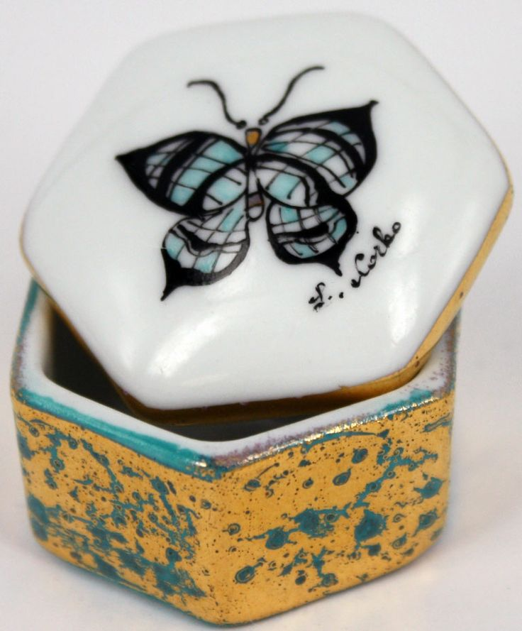 Una delle carinissime scatoline in porcellana terzo fuoco, dipinte a mano con tema farfalla e impreziosite dall'oro. Ognuna un pezzo unico e diverso dall'altro. Pronte per essere ulteriormente personalizzate con vostri nomi e dediche!