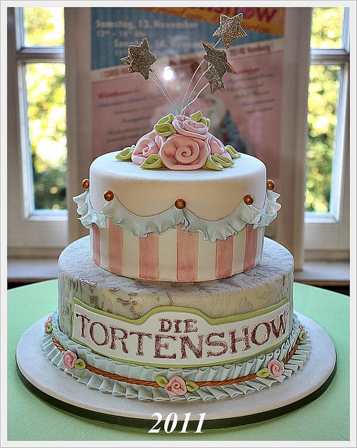 Delightfully vintage cake designed for the German Tortenshow by Julycupcakes