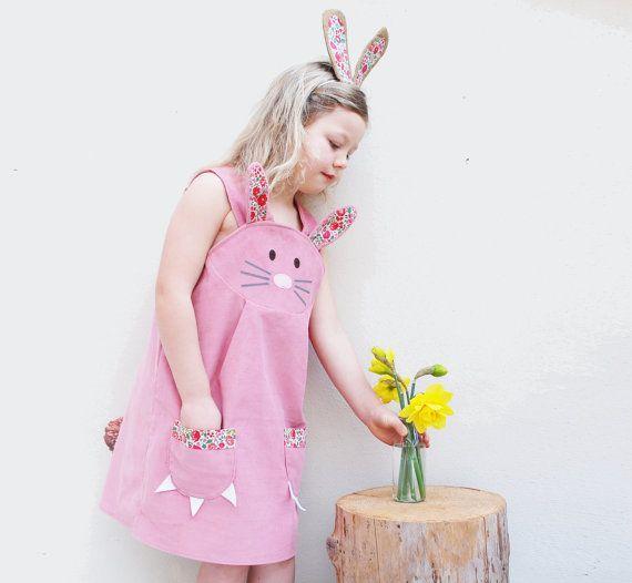 Coniglietto coniglio vestito con decorazioni di wildthingsdresses