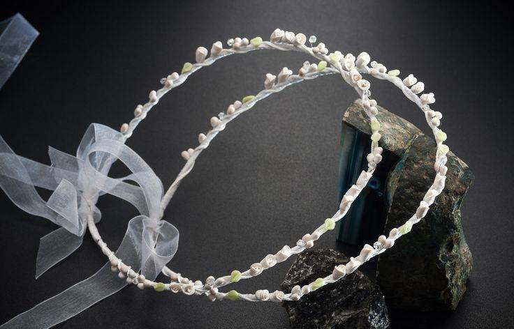 Στο Tresjoliebyfransis θα βρείτε τα πιο οικονομικά χειροποίητα στέφανα γάμου Στέφανα 13001Α-Χ C FM 13001A-X  Συνδυασμός λευκού και βεραμάν με πορσελάνινα λουλούδια,λεμονανθούς και φύλλα,δεμένα με λευκές λεπτομέρειες.