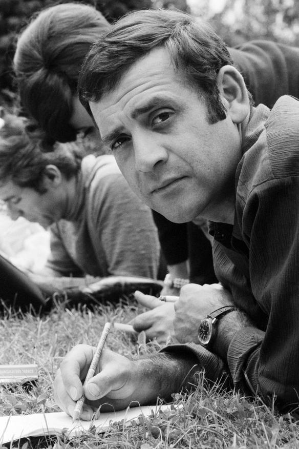 Jean Yanne Nom de naissanceRoger-Jean Gouyé Naissance 18 juillet 1933 Les Lilas, France Nationalité Français Décès23 mai 2003 (à 69 ans) Morsains, France Professionchanteur, humoriste, acteur, auteur, réalisateur, producteur, compositeur