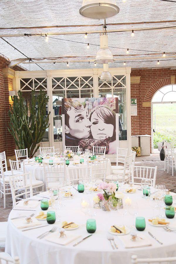 Lettere luminose e fiori colorati per un matrimonio in serra